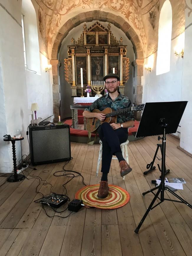 Guitar moods i Søndbjerg Kirke, mens solen gik ned 11. juli. Lyt til transmissionerne ved at scrolle ned i fanen 'Kirkeliv i Søndersognene'. Der er sommeren igennem solnedgangsgudstjeneste hver onsdag kl. 21:00 i Søndersognenes kirker.