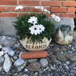 Britta fremstiller keramik til alle mulige formål. Man er velkommen i garagen på Polarisvej 7.